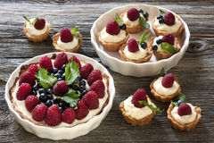Wciąż życie z tortami i świeżymi jagodami Obraz Stock