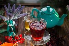 Wciąż życie z viburnum herbatą na parcianej pielusze na drewnianym tle, Zdjęcie Stock