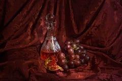 Wciąż życie z winem, winogronami i granatowem, zdjęcie royalty free
