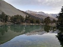 Wciąż odbija skały halny jezioro Fotografia Stock