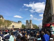 Wciąż odwiedzony miejsce w Paryż pomimo pożarniczego wypadku notre dame de paris fotografia stock