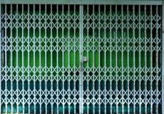 Wciąganej falcowanie zieleni drzwiowa brama fotografia stock