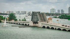 Wciągany most i linia horyzontu Miami południe Wyrzucać na brzeg zdjęcie stock