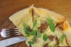 Wci?? ?ycie na stole w kawiarni z pizz? na drewnianej desce i rozwidleniu z no?em obraz stock