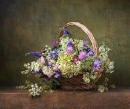 Wciąż życie z dzikimi kwiatami Obrazy Royalty Free