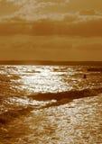 Wcielać niebo i morze ręce na plażę dezerterujący wyspy matki syn morskiego określa burzę fotografia stock