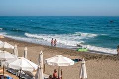 Wczasowiczki sunbathing na Wenus plaży zdjęcie stock