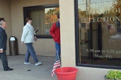 Wcześni wyborcy wchodzić do deskę wybory w Ohio obraz stock