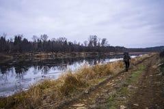 Wczesna jesień na rzece, drodze i turyście, Obraz Royalty Free