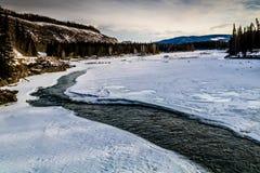 Wczesna odwilż na zatoczce, Deer Creek Małomiasteczkowy Rekreacyjny teren, Alberta, Kanada fotografia stock