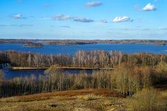 Wczesna wiosna w Litewskiej wiosce Widok od przegląda wierza na pogodnym wieczór przy Rubikiai jeziorem obrazy stock