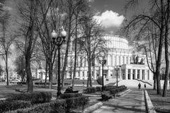 Wczesna wiosna w parku przy operą zdjęcia royalty free