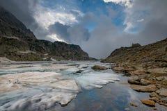 Wczesne lato odwilż w wysokogórskim jeziorze Alps orobie Fotografia Royalty Free