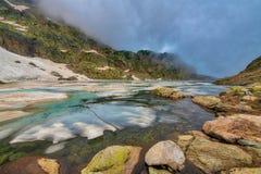 Wczesne lato odwilż w wysokogórskim jeziorze Alps orobie Obrazy Royalty Free