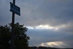 Wczesnego poranku chmurny niebo i latarnia z uliczną plakietą dołączaliśmy na nim obrazy royalty free