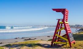 Wczesnego poranku ratownika wierza na Atlantyk plaży, Melkbosstrand, Obrazy Stock