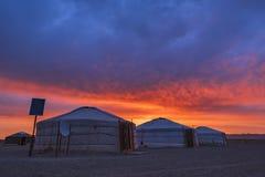 Wczesnego Poranku widok Tradycyjnej jurty mongolian rodzina w Mongolia krajobrazu Gobi pustyni przy wschód słońca obraz stock