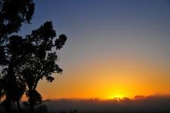 Wczesnego Poranku wschód słońca przez mgły fotografia stock