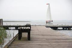 Wczesny jesieni jezioro i osamotniona ławka Zdjęcia Stock