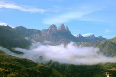Wczesny poranek chmurnieje w Alps fotografia stock