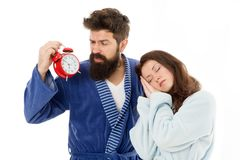 Wczesny poranek godzina ?pi?ca kobieta i brodaty m??czyzny mienia budzik wcze?nie rano Seksowny brutalny i dziewczyna zdjęcie royalty free