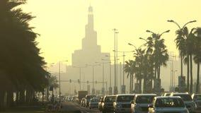 Wczesny poranek godziny szczytu ruch drogowy & Kassem meczet, Doha zbiory wideo