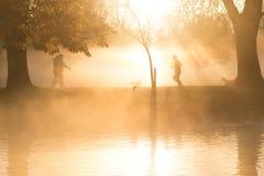 Wczesny poranek mgła nad jeziorem z przechodniami obok i mgła Obrazy Stock