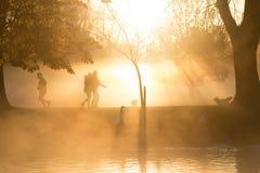 Wczesny poranek mgła nad jeziorem z przechodniami obok i mgła Fotografia Stock