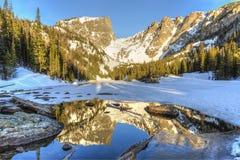 Wczesny Poranek na połówka Marznącym Wymarzonym jeziorze Zdjęcie Stock