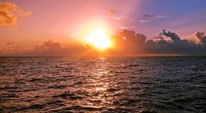 Wczesny poranek nad morzem karaibskim, wschodem słońca i chmurami, Zdjęcie Stock