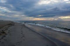 Wczesny Poranek plaży spacer przy wschodem słońca Fotografia Stock