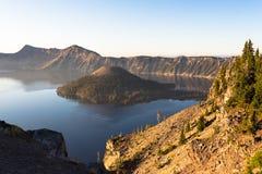 Wczesny poranek przy Krater jeziorem NP, Oregon Fotografia Royalty Free