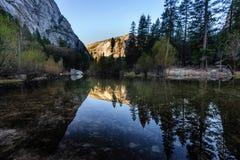Wczesny poranek przy Lustrzanym jeziorem, Yosemite park narodowy Obraz Royalty Free