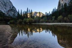 Wczesny poranek przy Lustrzanym jeziorem, Yosemite park narodowy Obrazy Royalty Free