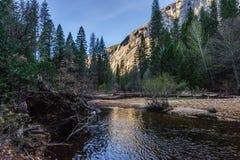 Wczesny poranek przy Lustrzanym jeziorem, Yosemite park narodowy Fotografia Royalty Free