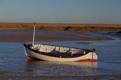 Wczesny Poranek, przypływy out, Stara łódkowata scena fotografia royalty free