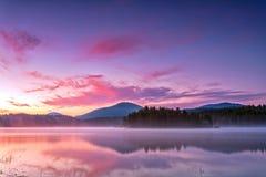 Wczesny poranek purpurowym jeziorem Zdjęcia Stock