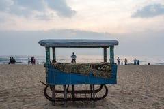 Wczesny poranek scena dokąd ludzie są relaksujący w seashore przy marina plażą widzieć z zamkniętym jedzenie kramem w przedpolu Fotografia Royalty Free