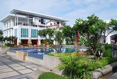 Wczesny poranek wczasowiczki pływackim basenem przy hotelowym rekreacyjnym terenem Zdjęcie Stock