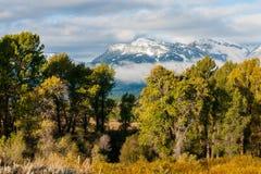 Wczesny spadek podpisuje przy Blacktail stawami przed górami w Uroczystym Teton parku narodowym obrazy royalty free