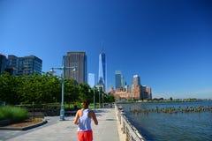 Wczesnych poranków biegaczów Bateryjnego parka miasta deptak, NYC obrazy royalty free