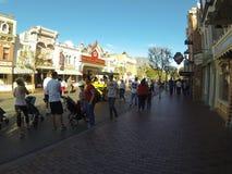 Wczesnych poranków goście chodzi przez W centrum Disney w Anaheim, Kalifornia Fotografia Royalty Free