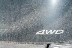 4WD在一辆非常肮脏的汽车的标志 越野车概念 免版税库存图片