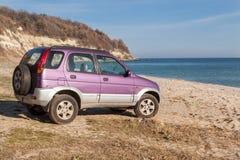 4wd carro, SUV na praia selvagem Férias, conceito da aventura Fotografia de Stock Royalty Free