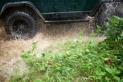 4WD che guada una corrente bassa alla velocità Immagini Stock Libere da Diritti