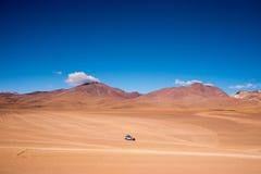 四轮驱动(4WD)驾驶横跨圣佩德罗火山de阿塔卡马沙漠 免版税库存图片