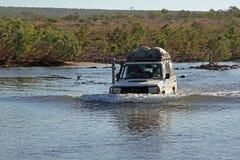 4WD som kör till och med en flod Arkivfoton