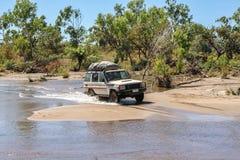4WD som korsar en flod Arkivbild