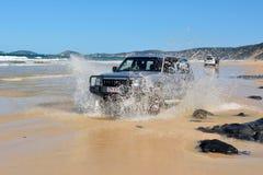4WD Toyota-auto het drijven over een wegspoeling in Queensland, Australië Royalty-vrije Stock Afbeelding