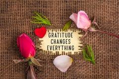 Wdzięczność zmienia everything pisać w dziurze na burlap fotografia stock